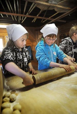 Sanna Wadström och Linnéa Löfstrand hjälps åt att baka tunnbröd.