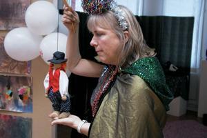 Birgitta Bomark lät barnen hälsa på den lilla clowndockan, som inte hade något namn. Barnen fick hjälpa till att hitta på ett namn och efter en del funderande fick det bli Bosse.