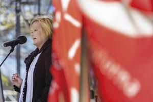 Ulrika Falk bakom den röda fanan.