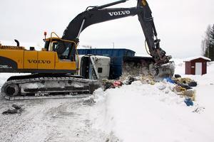 Har fraktas lasten bort från lastbilen. Foto: Erik Högström