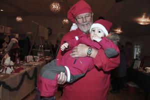Kurt Sjövall sitter i styrelsen för Ludvika Hembygdsförening som ordnar julmarknaden. Han har sällskap av barnbarnet Lilian, 2 år.