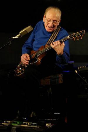 Gitarrlegenden Les Paul uppträder på Iridium Jazz Club 2007.Foto: Colin Archer/AP/Scanpix