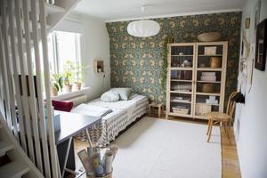 Arbetsrummet är väldokumenterat på Instagram och det är många av följarna som gillar tapeten Pimpernel av William Morris.