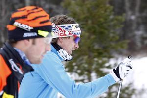 Johan Olsson steget före Anders Södergren på gårdagens träning: Olsson kontrollerar det bäst seedade fältet i dag medan Anders Södergren, till vänster, väntar med sin tävlingsdebut efter en tids krasslighet.