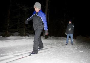 Lina du Bois och Laurent Witteveen är från Holland och där fanns det inte förutsättningar för att åka längdskidor. Nu har de bott i Sverige och Grangärde i drygt fyra år och i går var de med när Nyhammars IF:s skidskola drog i gång. Foto:Thomas Isaksson