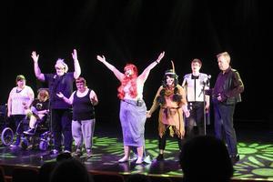 Ett himla liv på Storsjöteaterns scen. Föreställningen heter