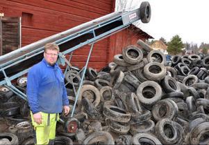 Magnus Jonsson, Sösjö, hjälper Nils Rosling med hans återvinning. På bilden ses det transportband som bär ut de gamla däcken.