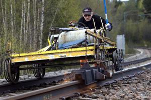Jan Svensson vandrade så sakteliga framåt, medan rälsen värmdes med gaslågan.