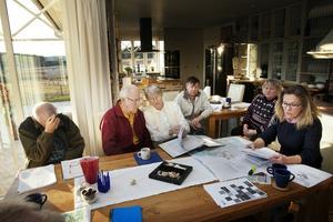 Boende i Taxinge och Finkarby ska gemensamt försöka få stopp på planerna. Från vänster: Ove Eriksson, Peter Grill, Marianne Grill, Odd Haugdal, Inger Jansson, Annmarie Möller.