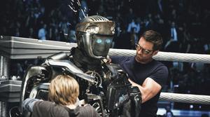 """Arenaaction. Charlie (Hugh Jackman) och sonen Max (Dakota Goyo) plåstrar om sin ärrade kämpe Atom i """"Real steel""""."""