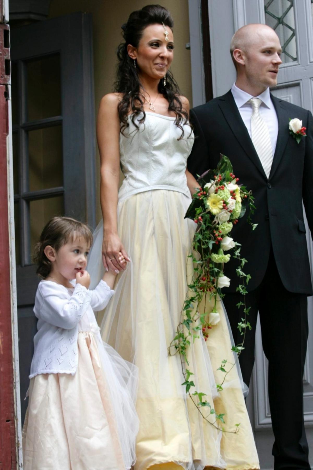 54592e389de5 Hon gifter sig i en klänning av laxskinn