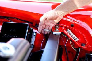 Aj aj. En modern kabelsko med plasthölje hör inte hemma i en bil från 1954. Domarna drar av poäng.