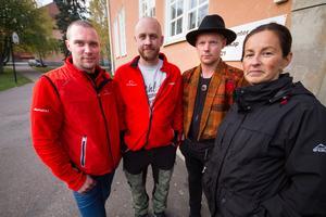 Följer med ungdomar hem från fritidsgården. Micke Djupenström och Robert Wärn, nattvandrare, samt Victor Larsen och Satu Saranpää, fritidsledare.