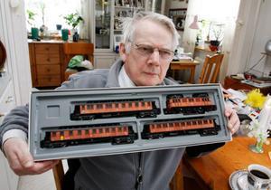 Bengt Olofsson, från  Risselås i utkanten av Strömsund, har varit intresserad av tåg i hela sitt 70-åriga liv. Här visar han upp rariteten i sin samling – ett 50-årsjubileumsset med en modell av det första eldrivna lok som gjordes 1938 och som har vagnskorgar av trä. Det finns bara  i runt 100  exemplar.