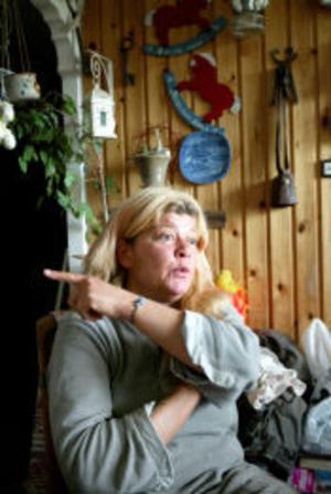 Situationen i Finsta har blivit ohållbar. Kicki Hessling vet inte vad hon ska göra, sin loppmarknad kan hon inte ha öppen på grund av återkommande inbrott och skadegörelse.
