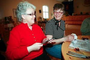 Anette Eriksson-Budh till vänster gör numera så avancerat hantverk som armband med tenntrådsbroderier. Anita Hägglund broderar en tavla.Foto: Olof Sjödin