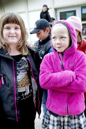 Selma Weiss i tvåan och Emma Larsson i trean tycker att Milboskolans nya lekplats är jätterolig.