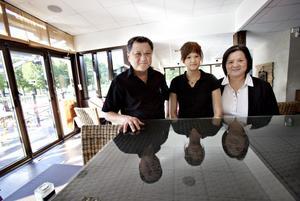 Två generationer krögare. Tony Lam överger Lam's Terrass och satsar nu på Restaurang China tillsammans med dottern Carin Lam och systern Ewa Kwan.
