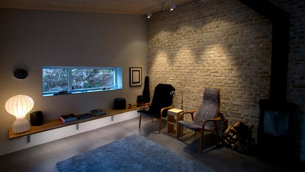 i fokus. Vill man framhäva en detalj i sitt hem kan man bokstavligen rikta ljuset på den. Hos Torbjörn Eliasson har en vacker tegelvägg hamnat i fokus.