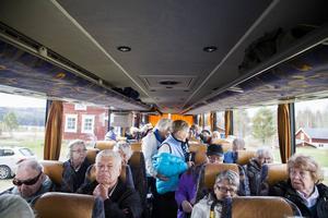 Bussen är fullsatt och det blir lätt för reseledaren Christin Enarsson att räkna passagerarna innan färden går vidare.