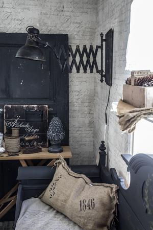 Kökssoffan var tidigare en träfärgad säng som kapades och gjordes om till soffa och målades svart med guldmönster samt text.