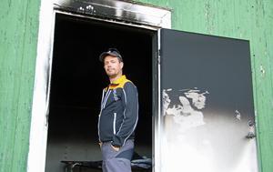 Magnus Eriksson är styrelseledamot i Orresta IF. På söndagsmorgonen möttes han av förödelse då föreningens omklädningsrum brunnit.