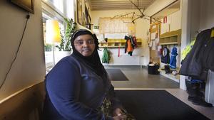 Salma Ali Mohammed arbetar på Alfaskolan som assistent. Hon bor på Hantverksvägen. Det är ett område dit många nyanlända har flyttat, eftersom det är där det har funnits lägenheter.