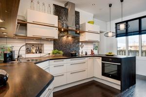 Köket. Lägenheten kostar 2,7 miljoner kr.