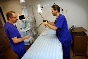 Urban Bouvin och Fredrik Pihl i ett av patientrummen på hjärtintensiven.