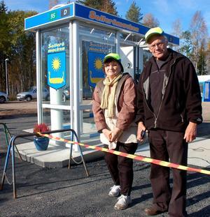 Ninna Lundin och Bosse Andersson då macken invigdes i lördags.