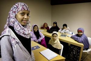 Faisa Khalid och hennes kompisar gillar att gå till Ileys lokaler. Här får de bland annat läsa koranen och lära sig om somalisk kultur. Faisa har bott i Ludvika i 3,5 år och funnit sig väl till rätta.