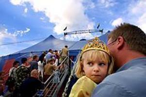 Cirkusprinsessa. Shirin Mentell, två år, köade på pappa Oves arm till tältet. Hon såg mest fram emot att få se djuren berättade han.Foto: TERESE PERMAN