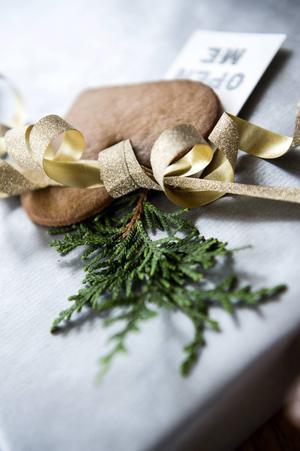 Gröna barrkvistar är fina att dekorera med, men vänta med att sätta på dem till julafton.