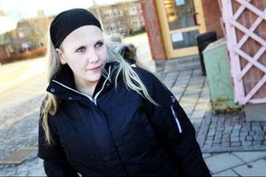 Ullrika Jönsson, Torvalla, använder även hon sin mobil för att surfa. –Jag brukar kolla min mejl och Facebook, säger hon. • Tänker du på att mobilen kan bli hackad när du är ute och surfar?– Nu gör jag det, eftersom det har varit en del inslag om det på tv och i tidningar. Men annars är det inget jag har funderat över.