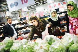 """Familjen Albadri storhandlar inför Ramadan. I familjens kundvagn ligger det flera lökar, tomater, nötfärs, kyckling, lammkött och salladskål. """"Vi storhandlar cirka tre gånger under Ramadan"""", säger Ghamina Albadri."""