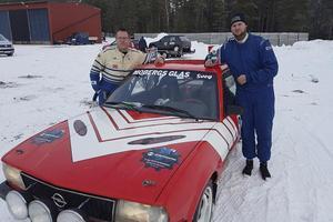 Kartläsare Håkan Eriksson och Peter Schylberg efter segern i Ludvika i helgen.