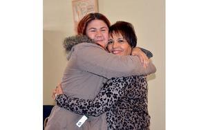 """Jane ger Isabel en björnkram som tack för allt hjälp. """"Utan  Isabel hade jag aldrig gått på folkhögskola och läst upp mina betyg."""" Foto: Berit Zöllner"""