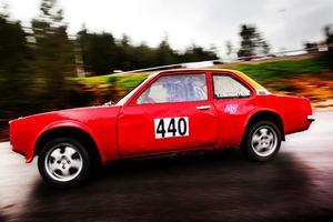 Stefan Grundström från Junsele MS vrider ur max ur sin Opel redan i första kurvan. Asfalten är fortfarande lite blöt efter förmiddagens regn och Asconans väghållning är ... sådär.