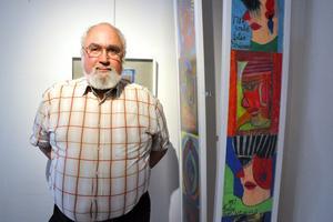 Björn Grünewald invigningstalar på den utställning med teckningar av hans faster Elsa Grünewald i Kulturhörnan på Säters bibliotek.