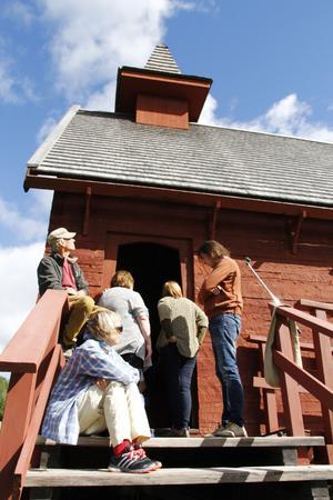 Stråsjökapellet var fullsatt, vissa satt utanför och lyssnade på talen som fördes.