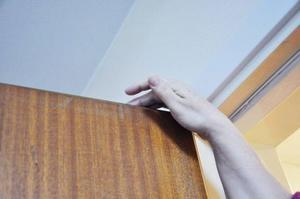 Varje dag måste Agneta känna runt dörren så att inte några objudna gäster tar sig in i lägenheten.