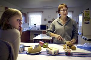 Sugen. Mathilda övervakar Carina Lunds fikaförberedelser. Foto:Karin Rickardsson