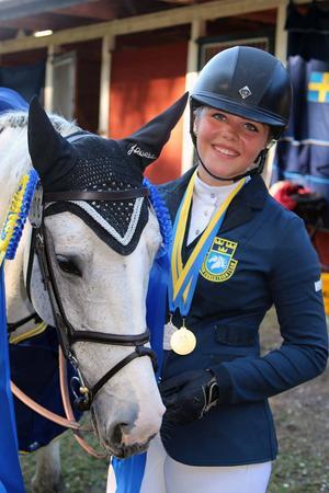 Selma Hammarström och Three Wells Breeze ingick i det svenska laget som tog NM-guld. Individuellt blev det ett NM-silver för Selma.