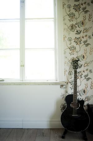 Blommiga tapeter passar i ett gammalt hus, även om mönstret och stilen ändå är av det moderna snittet med lite blänk.