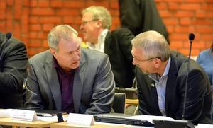 Leif Edh (VFÅ) och Kjell Grip (KD) vill revidera beredningsgruppens förslag om att ta större delen av kvarvarande bygdeavgiftsmedel till kommunala projekt.
