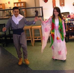 Pilar och Sherin, Bräcke, inledde dansen på lördags- eftermiddagen.