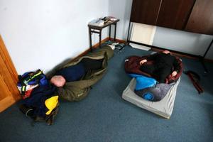 I Tänndalen har förarna en obligatorisk vila på sex timmar. Claes Arvidsson hinner sova ett par timmar innan det är dags att gå upp igen för att förbereda avfärden mot Grövelsjön.