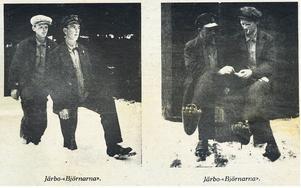 """VISAR BJÖRNFÖTTERNA. """"Björnpojkarna"""" kallas de i Arbetarbladets artikel om björnbluffen i Järbo 1981, 50 år efter händelsen. Här visar de hur de lurade hela Järbo med sina hemgjorda björntassar med krökta spikar som klor."""