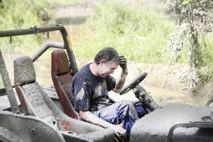 Att köra offroad kan innebära stora påfrestningar på både människor och maskiner. Här sitter Magnus Åhlund fast i leran.