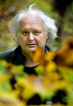 Göran Greider beskriver sitt förhållande till ved som kärleksfullt, på gränsen till besatt. Det nostalgiska skimmer vi lägger över veden tror han kan vara bra: